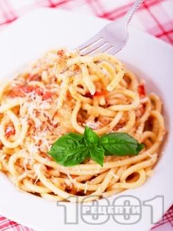 Вкусни спагети (паста) с маслинено песто, рулца от раци, домати и сирене пармезан - снимка на рецептата
